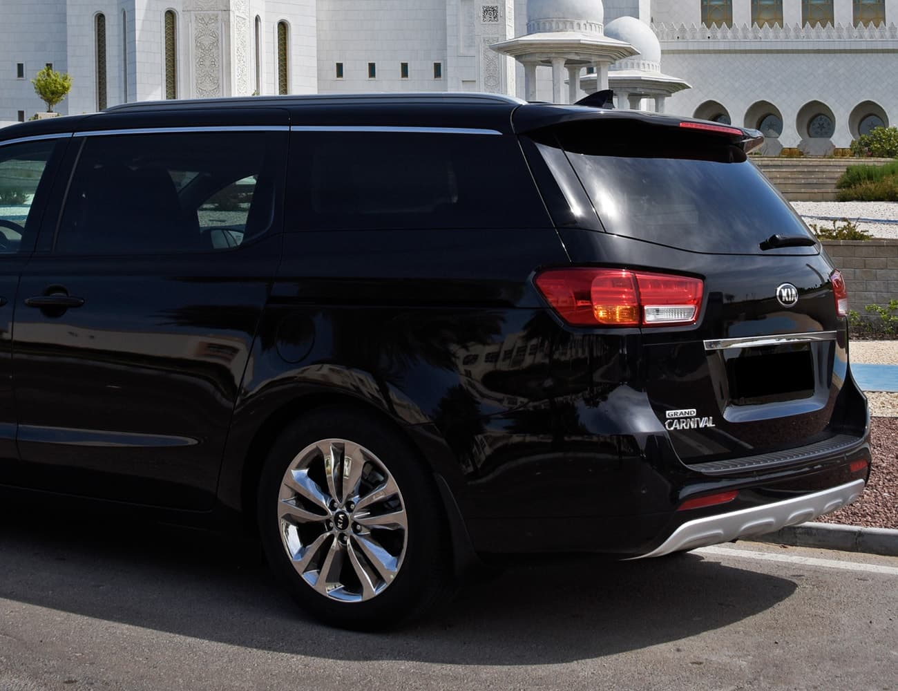 Minivan Kia Carnival blindada com motorista presidente, disposição, diária