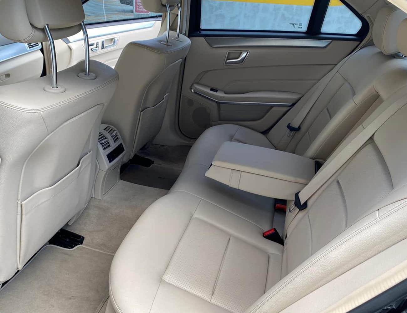 locação de sedan luxo mercedes para transporte executivo